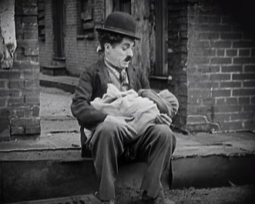 Charlie Chaplin finds a baby - Charlie Chaplin and Kid (1921)